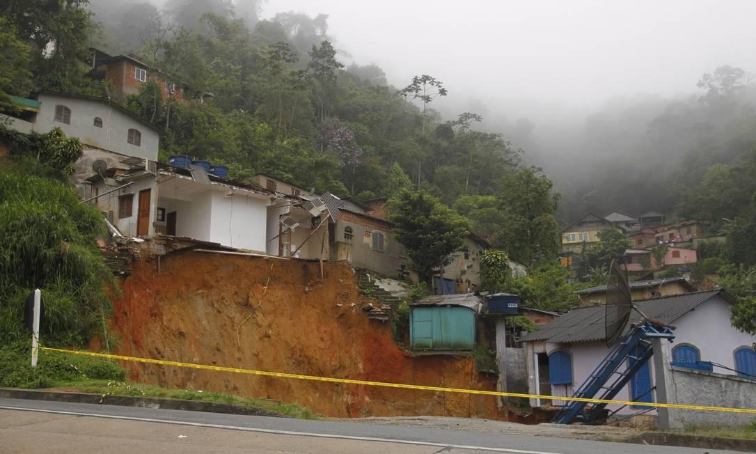 Cratera formada depois de desabamento em Petrópolis Foto: Pedro Teixeira / Agência O Globo