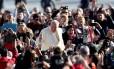 Fieis com celulares nas mãos para fotografar o Papa Francisco durante audiência na Praça São Pedro, no Vaticano Foto: Alessandro Bianchi / REUTERS