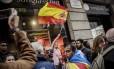 Idosa segura a bandeira espanhola durante protesto pró-independência em Barcelona