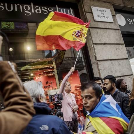 Idosa segura a bandeira espanhola durante protesto pró-independência em Barcelona Foto: Santi Palacios / AP
