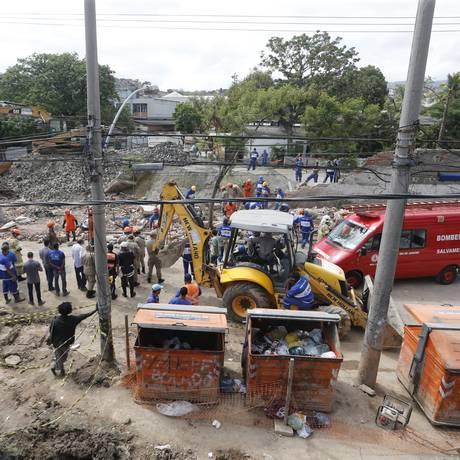 Equipes de resgate buscam vítimas de desabamento de muro em Benfica Foto: Antonio Scorza / Agência O Globo