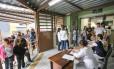 Pessoas fazem fila em posto de saúde próximo ao Horto Florestal, em São Paulo, que chegou a ser fechado após um macaco ser encontrado morto e ter comprovada a presença do vírus da febre amarela