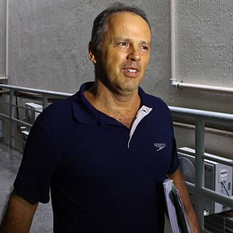 Jacinto Lamas deixa o edifício sede da Mísula Engenharia após seu primeiro dia de trabalho no regime semi-aberto Foto: André Coelho / André Coelho/Agência O Glob/20-01-2014
