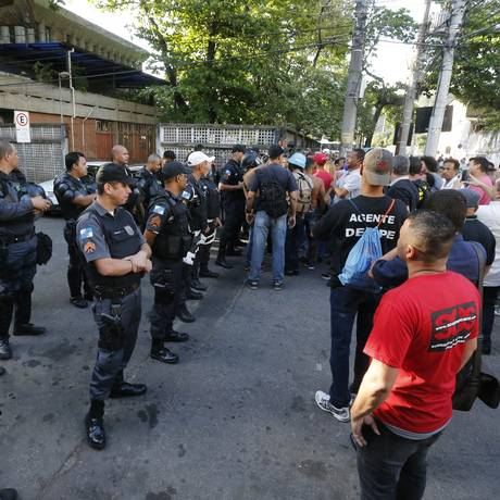Grupo tenta invadir delegacia da Cidade Nova Foto: Domingos Peixoto / O Globo