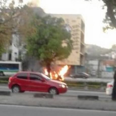 Carro em chamas na Avenida Francisco Bicalho Foto: Reprodução Twitter / Radar Brasil