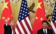 Presidente dos EUA, Donald Trump, acena ao lado do presidente chinês, Xi Jinping, durante entrevista coletiva em Pequim