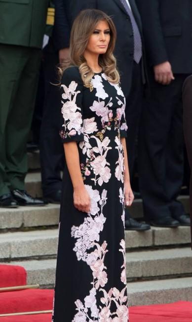 Diferente de sua antecessora Michelle Obama, que costumava privilegiar estilistas norte-americanos, a primeira-dama dos Estados Unidos Melania Trump escolheu um vestido dos italianos Dolce & Gabbana estimado em mais de R$ 13 mil para visitar uma escola primária em Pequim, na manhã desta quinta-feira, durante a primeira viagem oficial de Donald Trump a Ásia NICOLAS ASFOURI / AFP