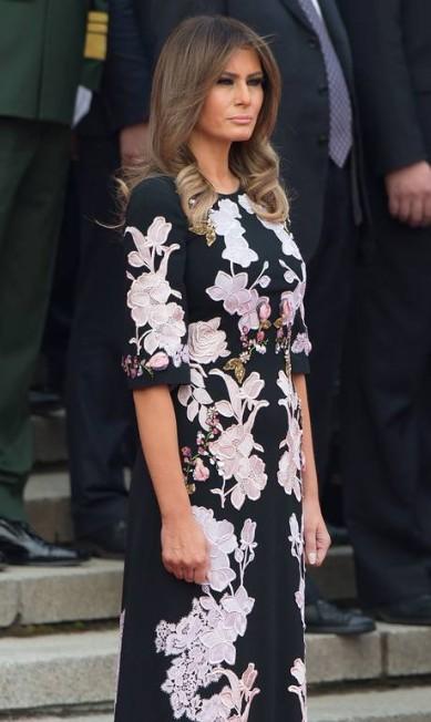 """O longo usado por Melania era uma versão exclusiva feita sob medida para a primeira-dama, de acordo com informações do jornal britânico """"Daily Mail"""". Um modelo midi da mesma linha, com estampa de flores orientais sobre fundo preto, é vendido por US$ 3.975 (cerca de R$ 13 mil) NICOLAS ASFOURI / AFP"""