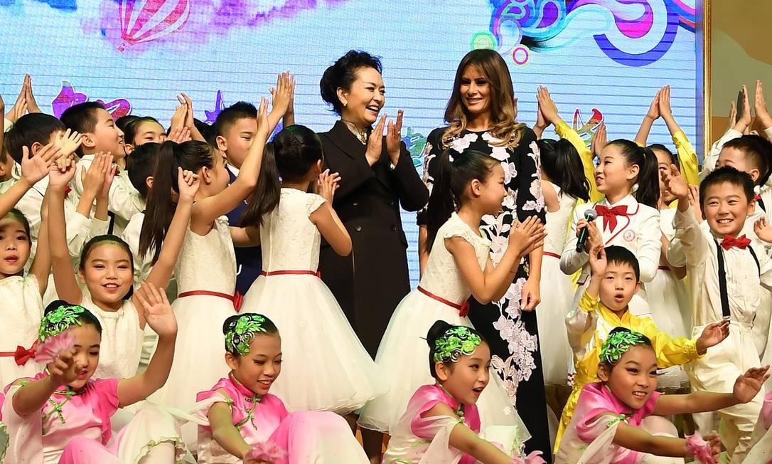 Os alunos da Banchang Primary School fizeram uma série de apresentações culturais para as convidades VIP POOL / REUTERS