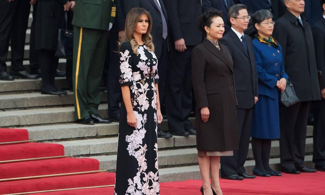 Após a cerimônia oficial, Melania acompanhou Peng Liyuan em visita a uma escola primária da cidade. A primeira-dama usou discreto e elegante look de designer local NICOLAS ASFOURI / AFP
