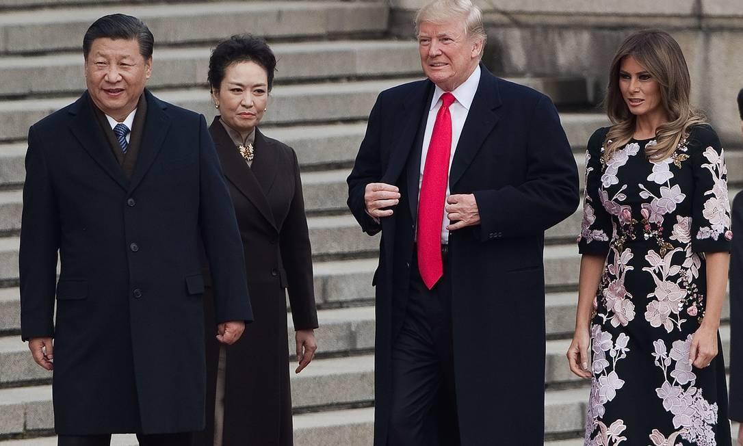 Melania e Donald Trum foram recebidos pelo presidente da China, Xi Jinping, e pela primeira-dama chinesa, Peng Liyuan em uma cerimôinia de boas-vindas no Grande Salão do Povo, em Pequim, nesta quinta-feira NICOLAS ASFOURI / AFP