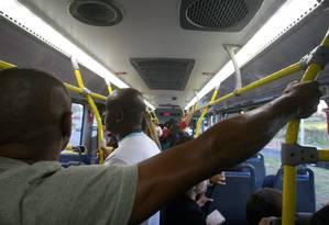 Passageiros dentro de ônibus do BRT Foto: Guilherme Pinto / Agência O Globo
