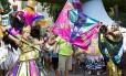 Bloco na rua. Foliões brincam em ensaio do Loucura Suburbana pelas ruas do Engenho de Dentro em 2016