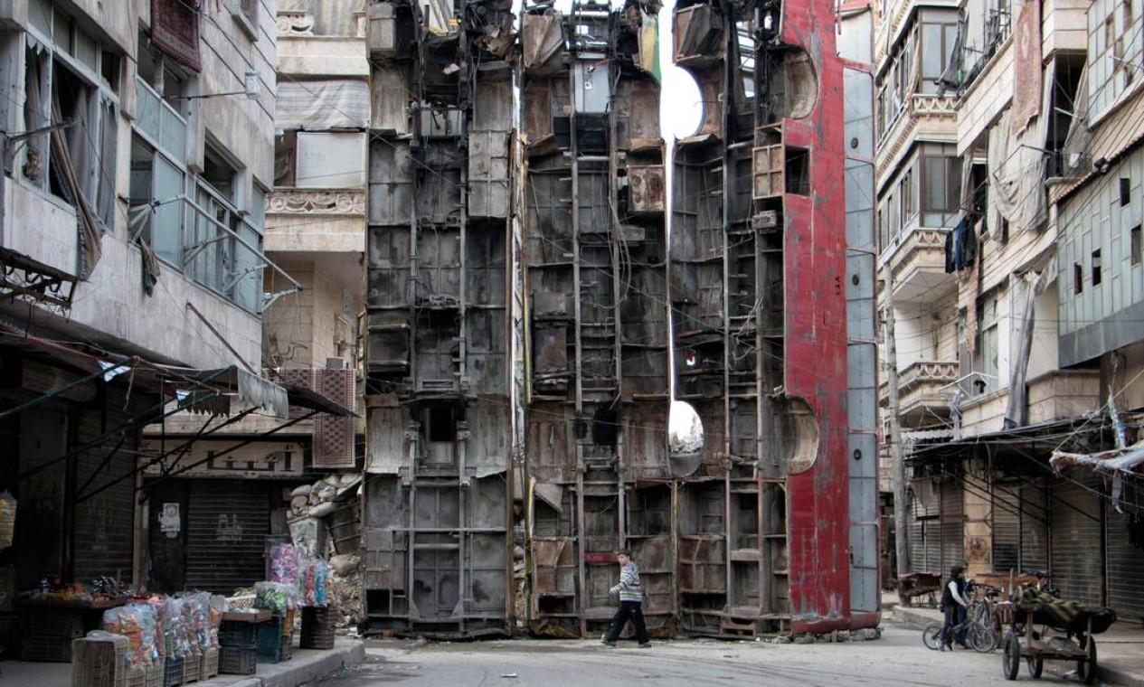 Ônibus são usados como barricada em bairro rebelde de Aleppo, em 2015 Foto: KARAM AL-MASRI / AFP