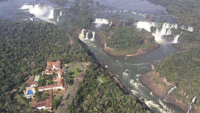 No ar. Vista das cataratas e do hotel Belmond no Parque Nacional do Iguaçu Foto: Luciane Costa