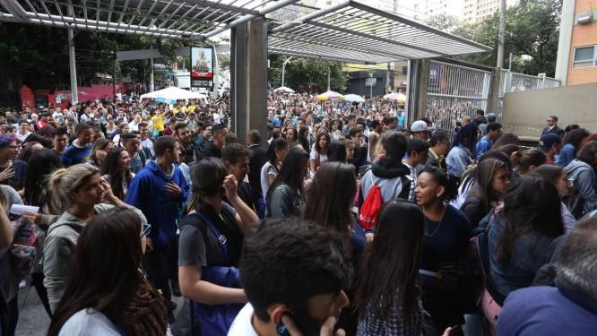 Abertura dos portões em local de prova do Enem em 2016 em São Paulo: dia decisivo Foto: Marcos Alves/05-11-2016