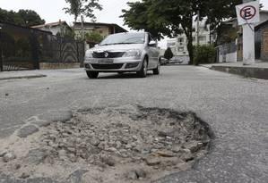 Buraco na Rua Maria Caldas é alvo de reclamação de moradores Foto: Fabio Guimarães / Agência O Globo