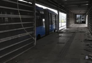Insegurança. A Estação Cesarão III, em Campo Grande, que está fechada desde março após ser depredada durante um confronto entre milicianos e traficantes: consórcio ameaça deixar de operar o trecho da Avenida Cesário de Melo Foto: Ana Branco / Agência O Globo
