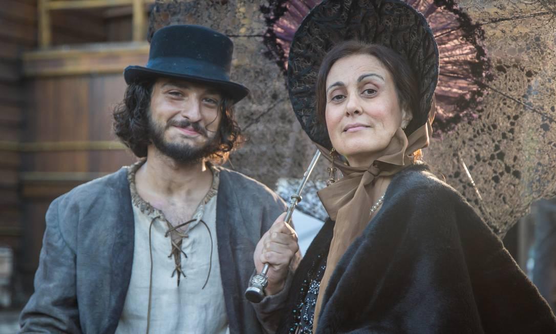 O último trabalho de Márcia Cabrita na TV foi na novela 'Novo Mundo' (2017). Na foto, ela posa ao lado do ator Cesar Cardadeiro Paulo Belote