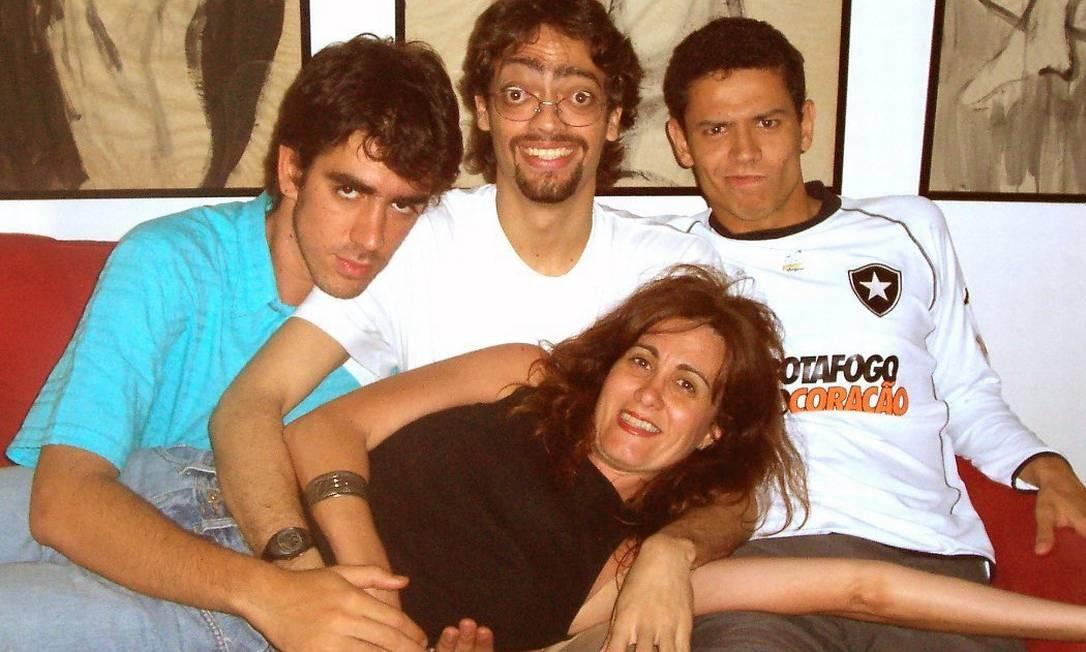 Márcia Cabrita posa com os comediantes Marcelo Adnet, Fernando Caruso, Rafael Queiroga em novembro de 2004 Divulgação