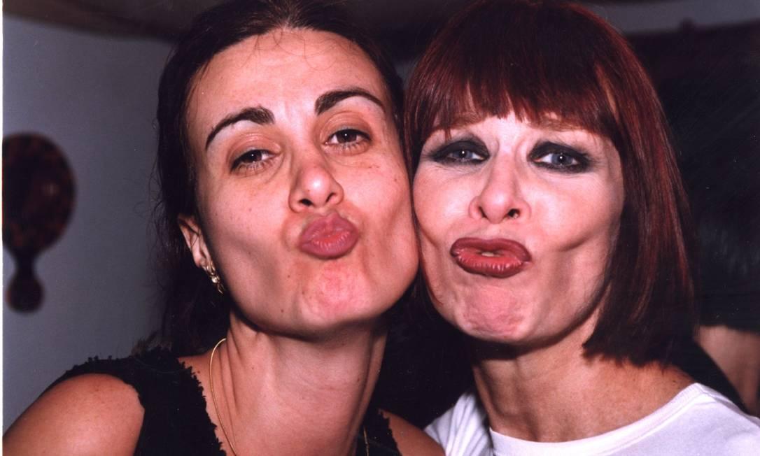 Márcia Cabrita e Rita Lee fazem bico nesta foto de outubro de 1998 Divulgação