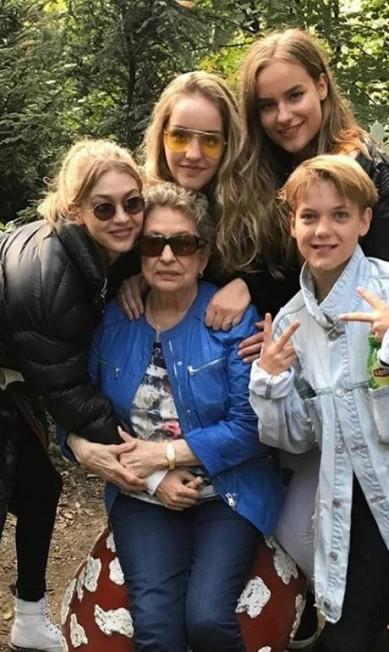Aqui, ela posa com a prima Gigi (à esquerda) e outros membros da família Reprodução Instagram