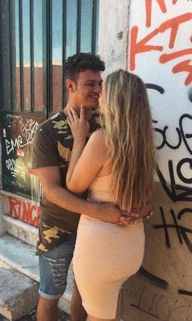 Aos interessados, um alerta: a moça tem namorado e vive compartilhando fotos com ele na rede social Reprodução Instagram