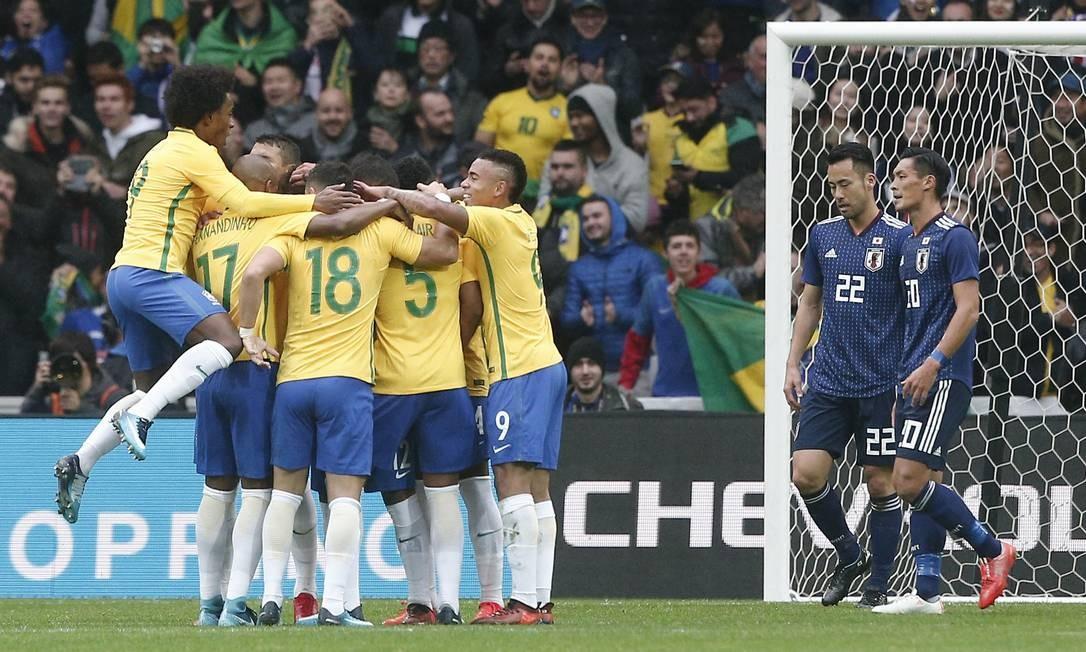 Jogadores da seleção comemoram um dos gols na vitória sobre o Japão em Lille Foto: Michel Spingler / AP