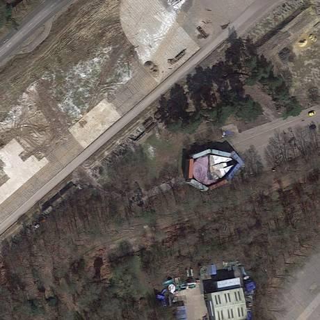 Nave está escondida atrás de contêineres às margens de uma rodovia Foto: Reprodução/Google Maps