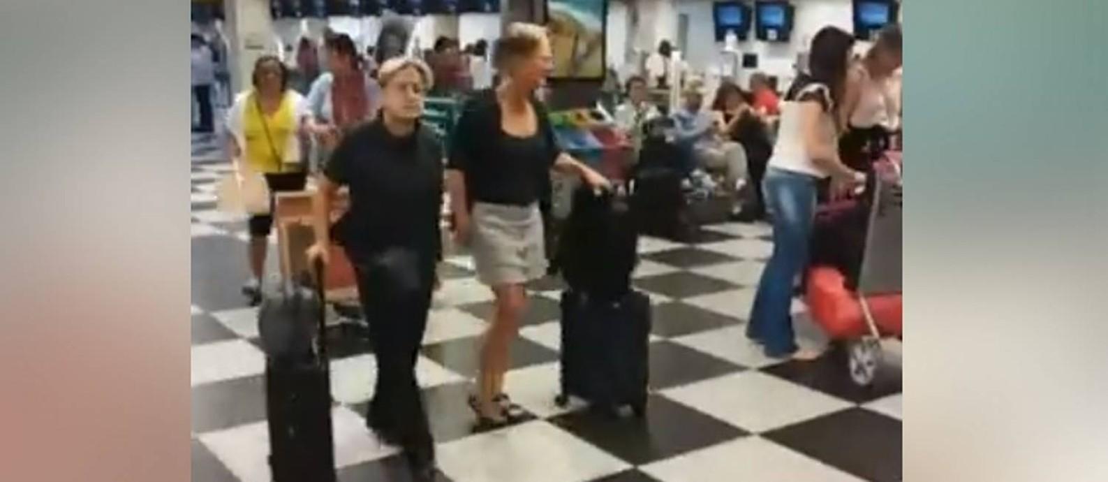 Judith Butler (esq.) e sua mulher, Wendy Brown, no aeroporto de Congonhas Foto: Reprodução de vídeo do Facebook