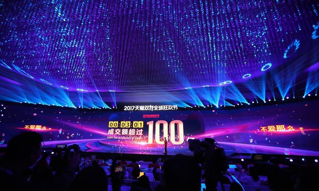Uma tela gigante mostra o volume de mercadorias negociadas nos primeiros minutos do Dia do Solteiro, na China. Foto: STR / AFP