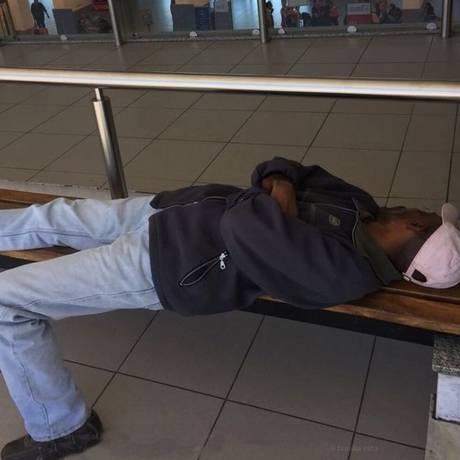 Freemont dorme no aeroporto de Rosário Foto: Reprodução