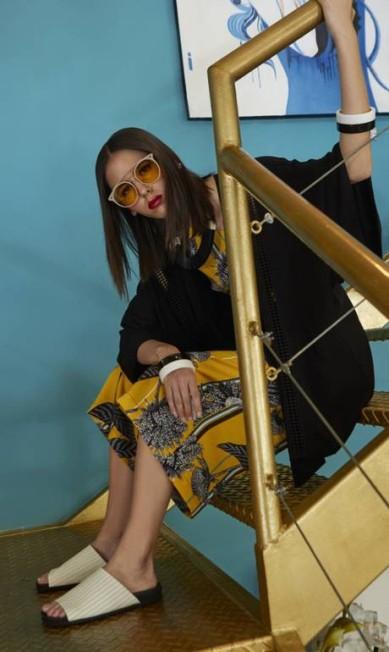 Macacão Lucidez; quimono Essence Atelier; sandálias Via Mia; braceletes Josefina Rosacor; colar Papel Kraft; e óculos Fuel Thiago Bruno