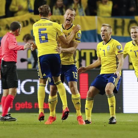Número 13, Johansson comemora com os companheiros o gol da Suécia Foto: Frank Augstein / AP