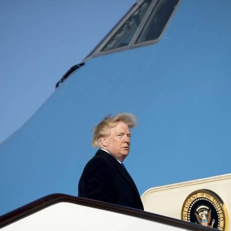 Trump é flagrado com os cabelos esvoaçantes Foto: Andrew Harnik / AP