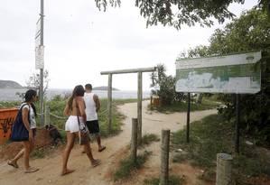 Banhistas chegam à Praia do Sossego: revitalização do local é prometida desde a implantação do Parnit Foto: Fabio Guimarães / Agência O Globo