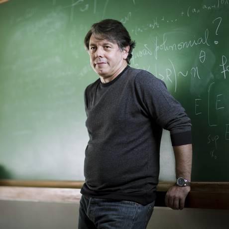 O diretor-geral do IMPA, Marcelo Viana, busca na iniciativa privada recursos para manter projetos Foto: Leo Martins