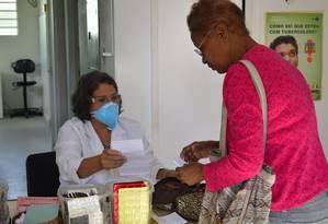 Paciente pega medicamentos para tuberculose em centro de saúde em Queimados, na Baixada Fluminense Foto: Igor Lima / Divulgação