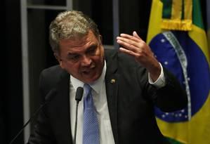 O senador Sérgio Petecão (PSD-AC) é o relator na CCJ do projeto que libera o porte de armas no país Foto: Jorge William / Agência O Globo 11/05/2016