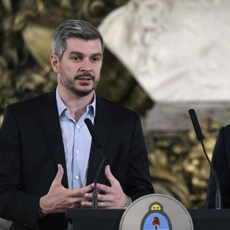 Braço direito. O chefe de Gabinete, Marcos Peña (esquerda), fala em entrevista coletiva ao lado do presidente Macri: artífice das vitórias Foto: JUAN MABROMATA / AFP/23-10-2017