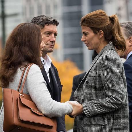Conforto. Juliana Awada (à direita) com parentes de vítimas argentinas mortas em ataque em Nova York Foto: Drew Angerer / AFP