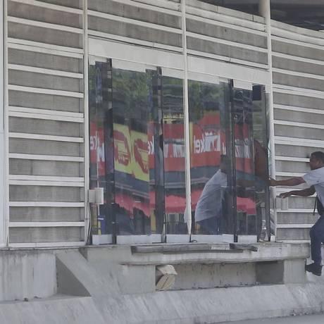 Sem pagamento. Passageiro entra pelo corredor externo na Estação Recanto das Palmeiras do BRT Transcarioca Foto: Fabiano Rocha / Agência O Globo