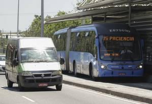 Concorrência. Uma van trafega junto ao BRT Transoeste, que faz o percurso entre Santa Cruz e Barra: transporte complementar não tem autorização para fazer o mesmo itinerário de ônibus Foto: Gabriel de Paiva / Agência O Globo