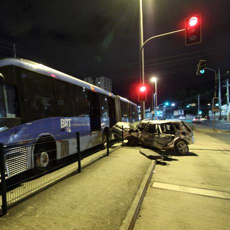 Veículos envolvidos no acidente na Avenida Ministro Edgard Romero, em Madureira. Foto: Paulo Nicolella / Agência O Globo
