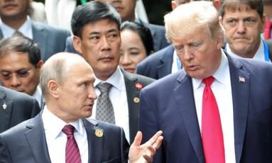 O presidente da Rússia, Vladimir Putin, e o presidente dos EUA, Donald Trump, se reúnem na cúpula da Cooperação Econômica Ásia-Pacífico (APEC, na sigla em inglês) na cidade vietnamita de Danang Foto: SPUTNIK / REUTERS