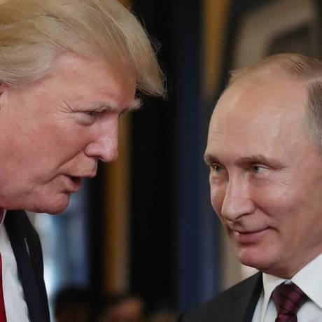 O presidente dos EUA, Donald Trump, conversa com o presidente da Rússia, Vladimir Putin, durante a cúpula da Cooperação Econômica Ásia-Pacífico (APEC, na sigla em inglês) na cidade vietnamita de Danang Foto: MIKHAIL KLIMENTYEV / AFP