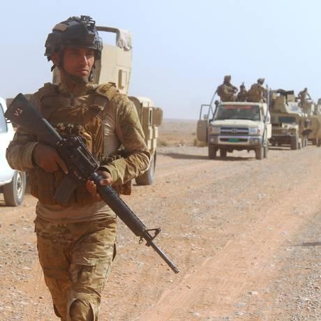 Forças iraquianas avançam em direção à cidade de Rawa, no rio Eufrates, durante ofensiva contra o Estado Islâmico Foto: MOADH AL-DULAIMI / AFP