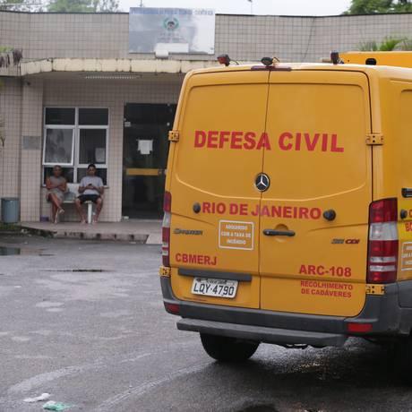 Ambulância da Defesa Civil no IML de Tribobó, para onde corpos de mortos durante operação policial em São Gonçalo foram levados Foto: Cléber junior / Agência O Globo