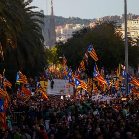 Manifestantes protestam pedindo pela liberdade de presos políticos e líderes separatistas em Barcelona Foto: JAVIER BARBANCHO / REUTERS