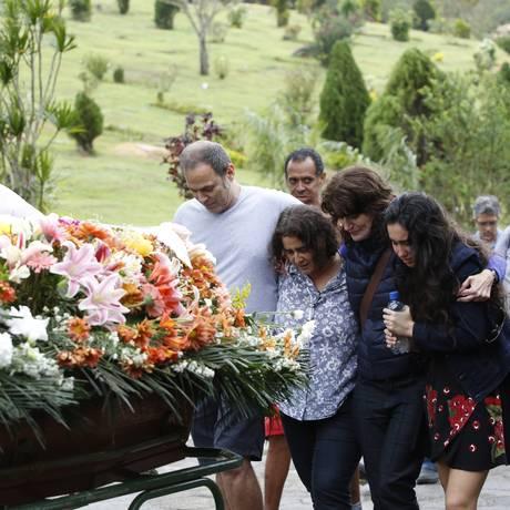 Família acompanha o velório da atriz Márcia Cabrita no cemitério Parque da Colina, em Niterói Foto: Ana Branco / Agência O Globo